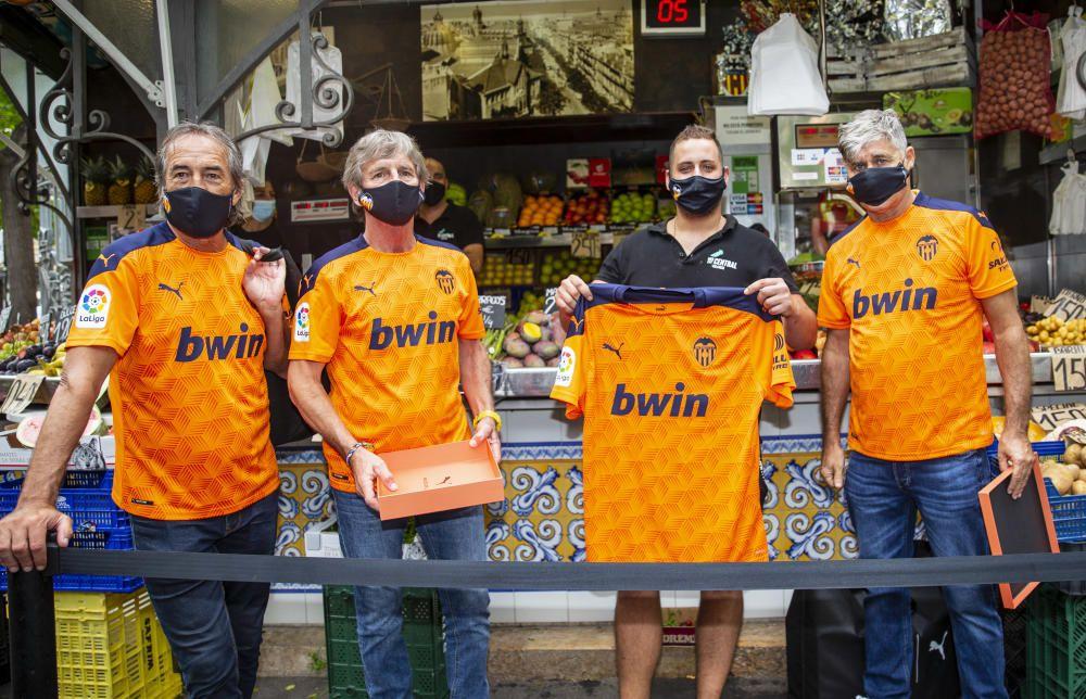 El Valencia CF rinde homenaje al comercio