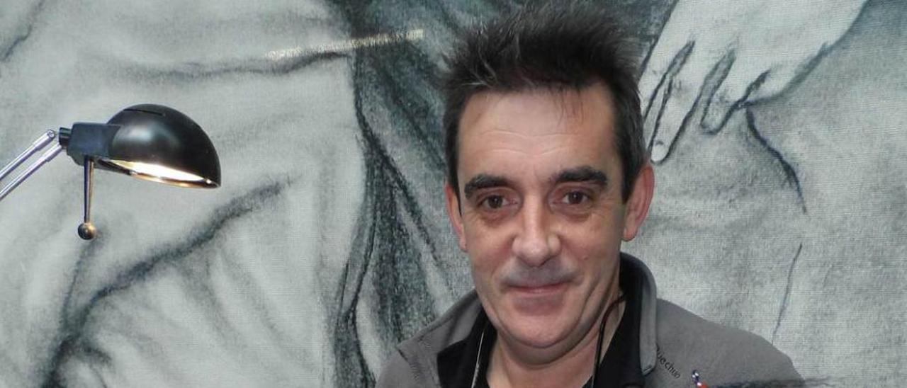 Pedro Fernández, ayer, en Candás, con algunas de sus creaciones.
