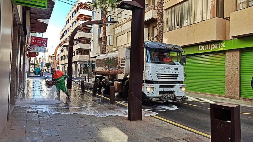 Torrevieja paga a 60.000 euros al mes por el alquiler de los camiones y vehículos de la recogida de basura y aseo urbano
