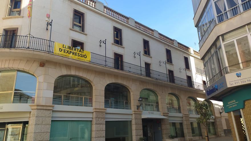 Polémica por un cartel a favor de Pablo Hasél y Valtònyc en el ayuntamiento de Manacor
