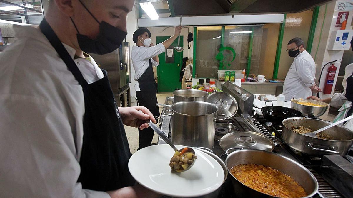 Los alumnos del Canastell cuentan en su formación con expertos cocineros como César Anca.