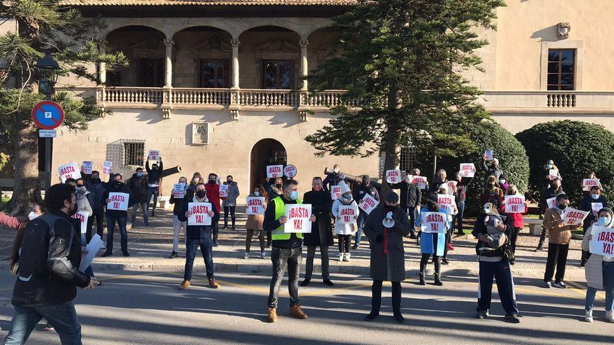 Más de 500 restauradores desafían la prohibición y protestan ante el Consolat por el cierre