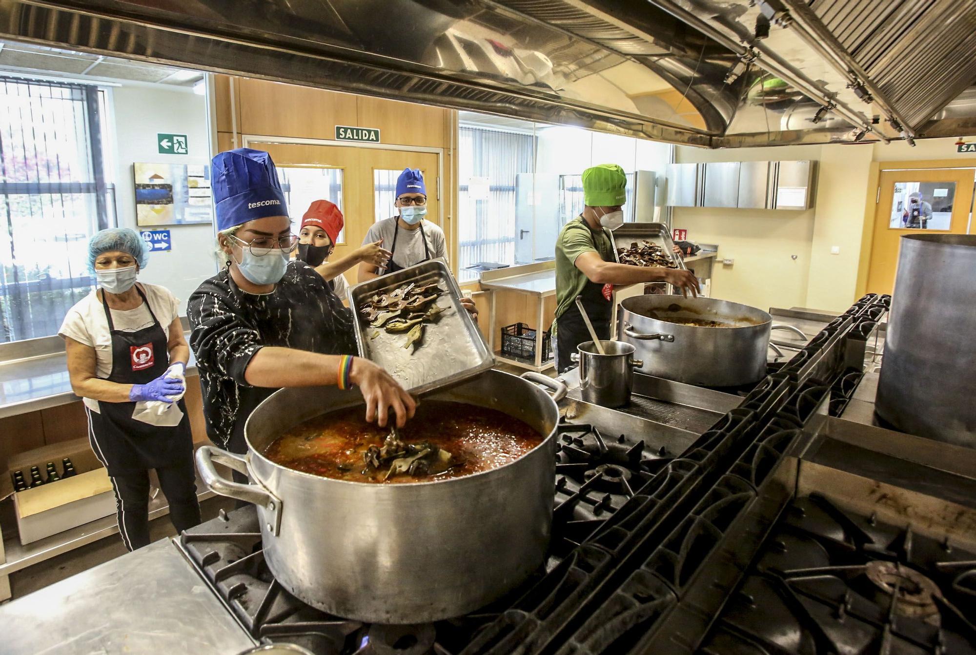 Alicante Gastronómica y la Cámara de Comercio se alían para insertar en el mercado laboral a 30 desempleados y dar de comer a familias sin recursos