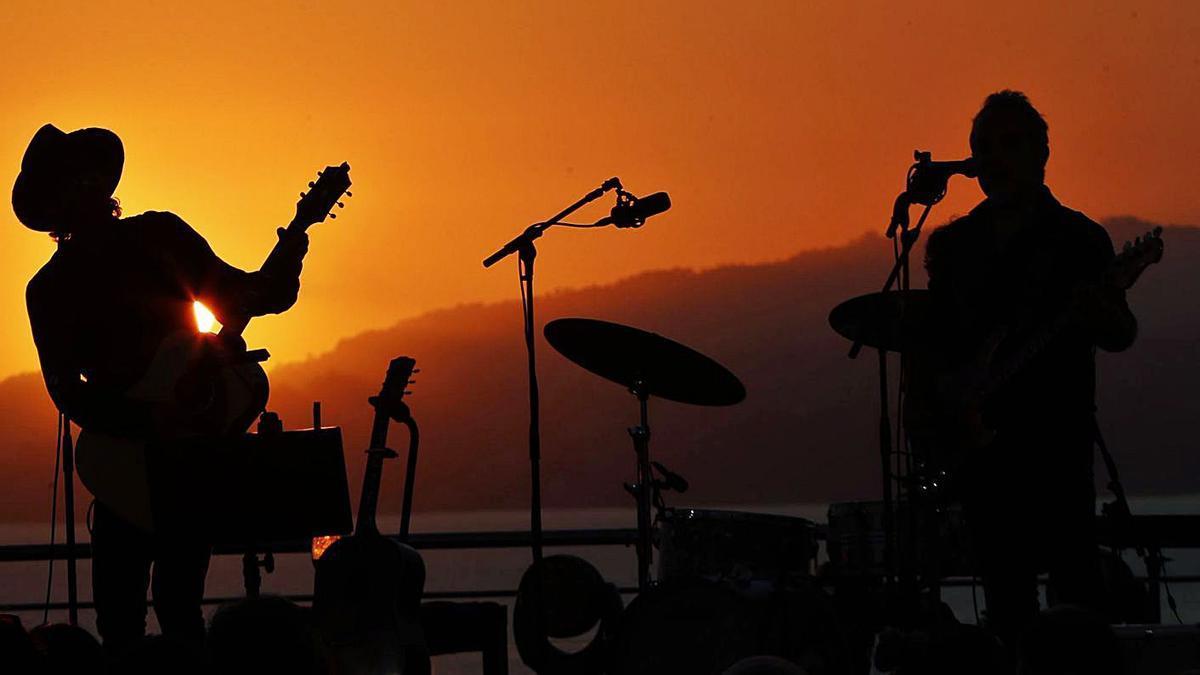 Mikel Erentxun, en un concierto este verano en la terraza del Mar de Vigo. |   // J. LORES