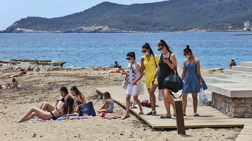 Salud pedirá hoy que se matice el uso obligado de mascarilla en la playa