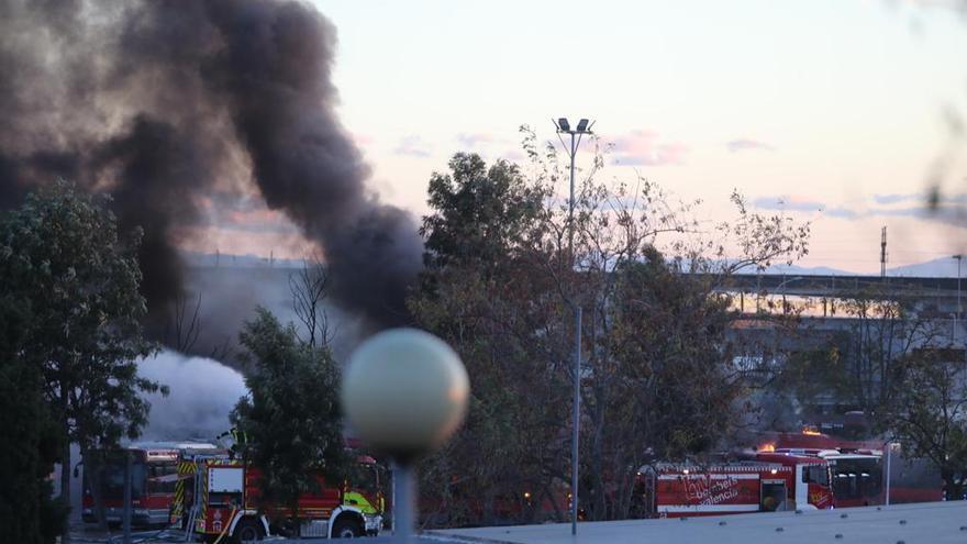 Incendio en València: el fuego devora al menos una docena de autobuses de la EMT