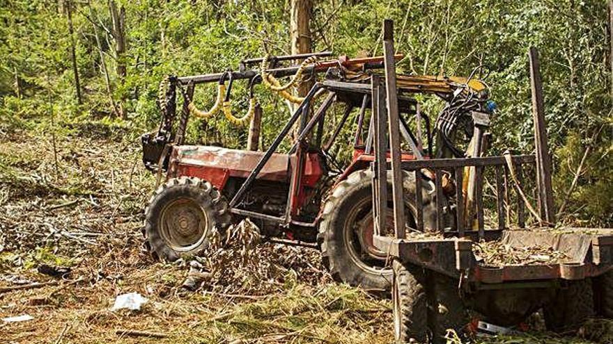 Un hombre se encuentra muy grave tras ser alcanzado por su tractor en Lalín