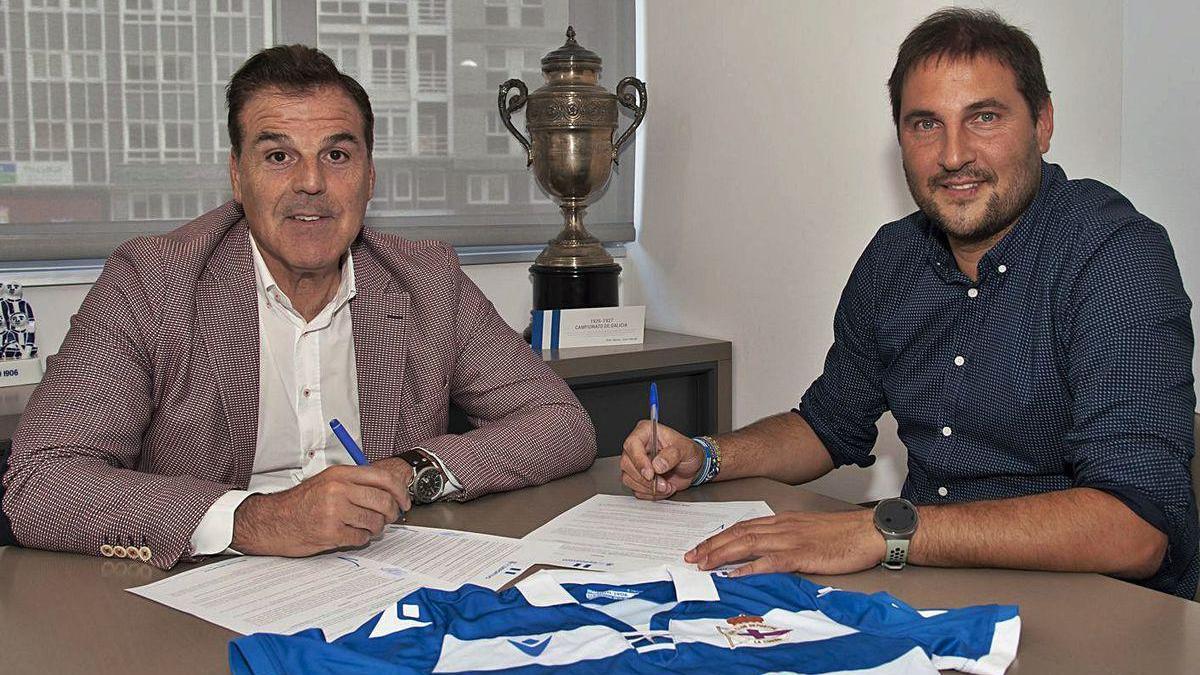 Manu Sánchez, a la derecha, firma su contrato junto al presidente del Deportivo, Fernando Vidal.