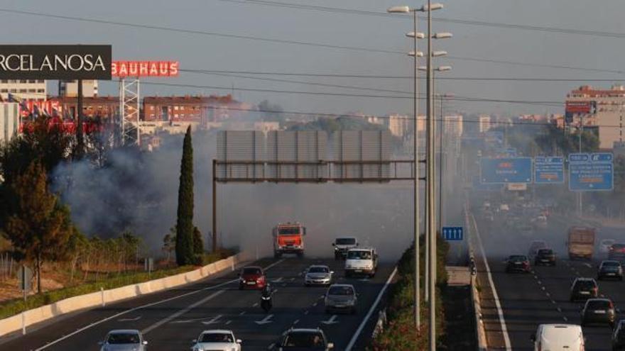 Un incendio de vegetación causa una gran humareda en la pista de Ademuz
