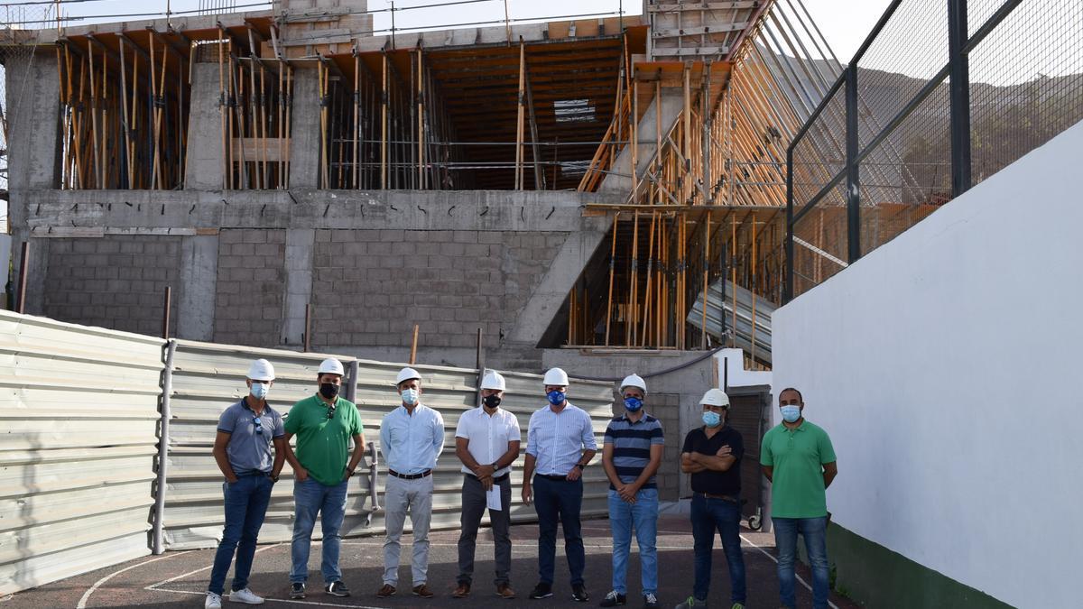 El Alcalde firma el acta de reanudación de las obras de construcción del nuevo gimnasio de Tamaimo