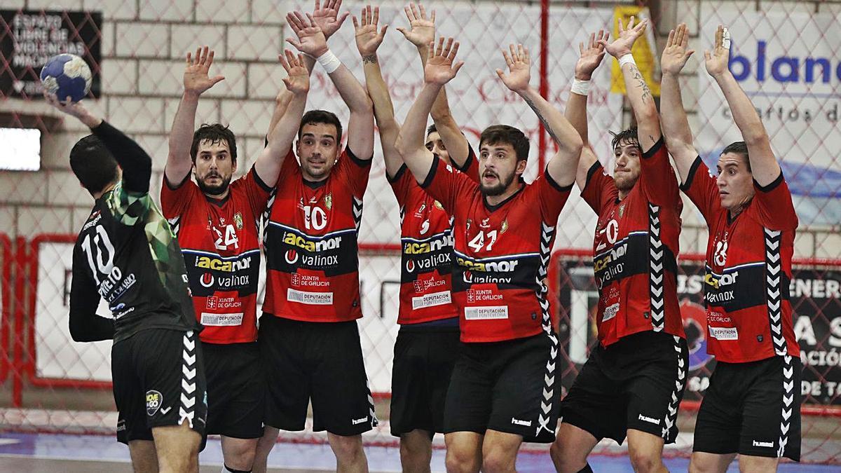 Los jugadores del Novás forman una barrera en un partido. |  // RICARDO GROBAS