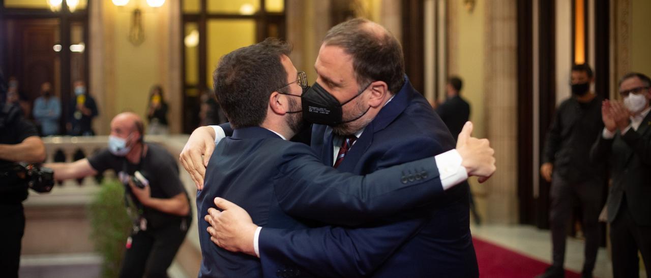 Oriol Junqueras abraza a Pere Aragonès