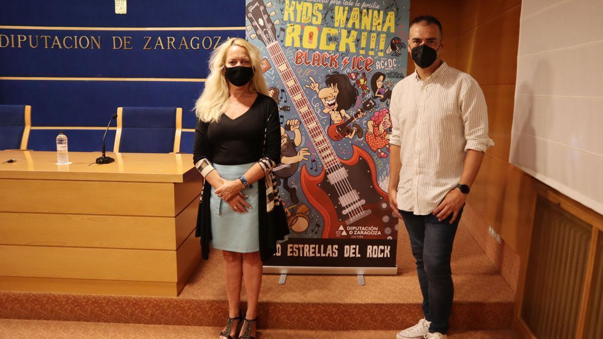 Ros Cihuelo y Carlos Martínez junto al cartel del espectáculo.