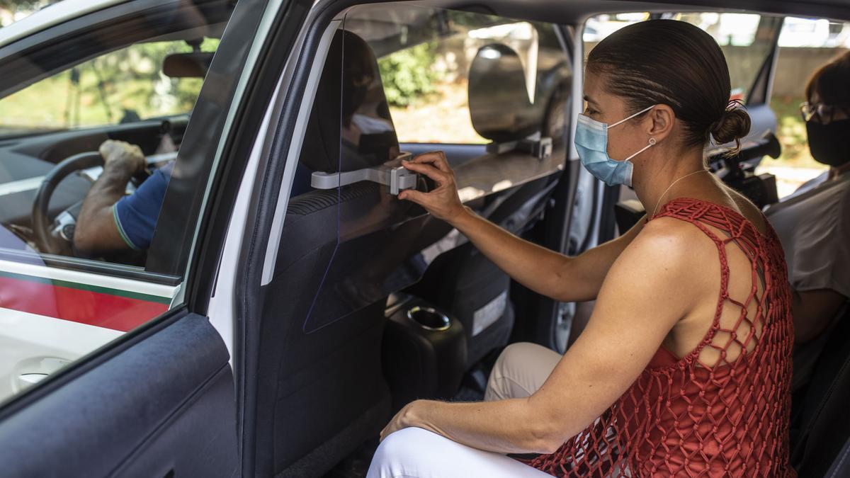 Nuevas mamparas protegen a los taxistas de Zamora del COVID-19