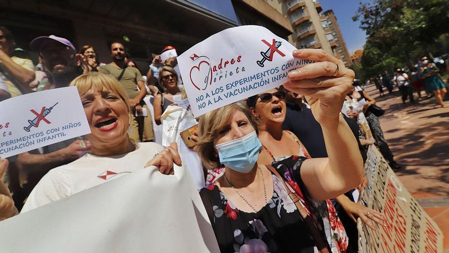 Padres negacionistas amenazan con denuncias si obligan a llevar la mascarilla a sus hijos en el cole