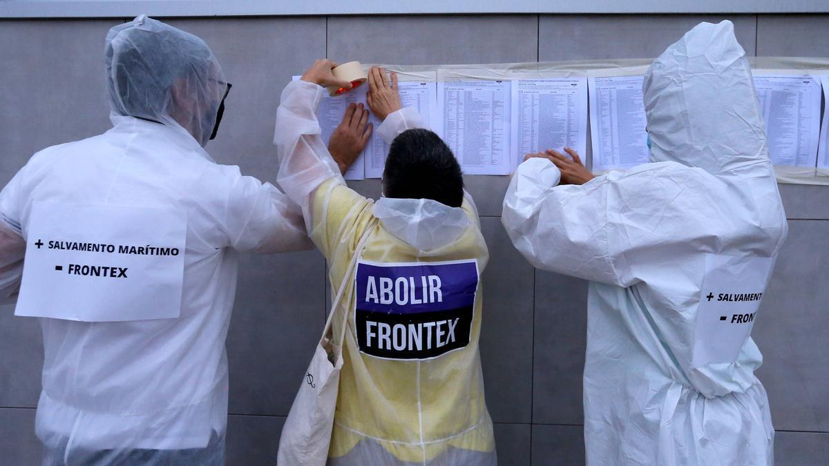 Los activistas pegan las listas con los nombres de las personas fallecidas intentando llegar a Europa.