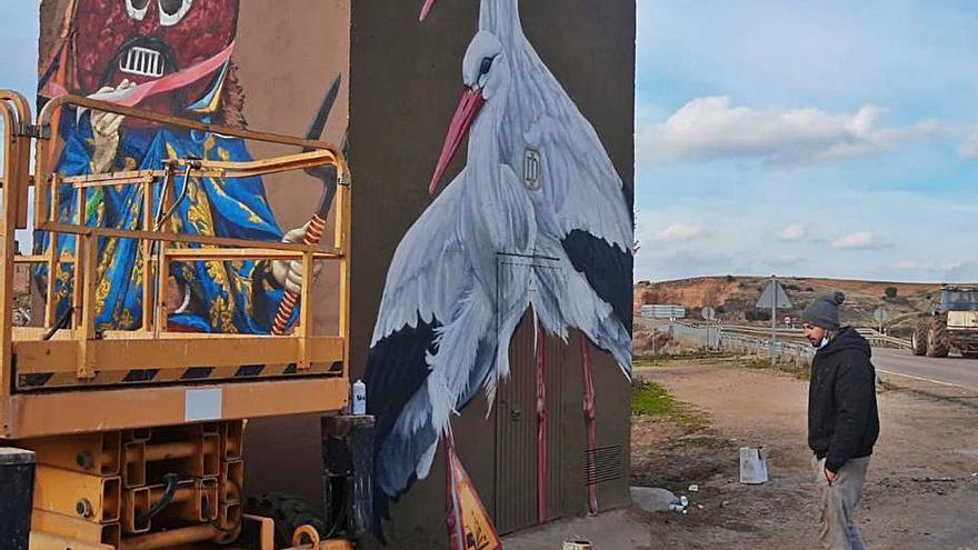 Montamarta estrena un mural con el Zangarrón y dos cigüeñas