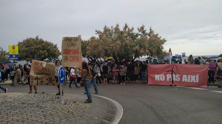 Més d'un miler de persones a l'Escala, en contra de la gestió dels parcs eòlics