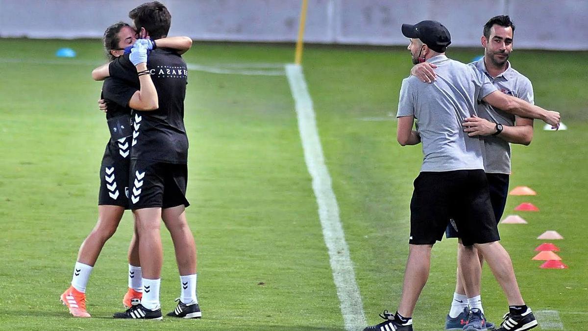 Manu González -a la derecha- celebra la eliminación de la Arandina. / GS