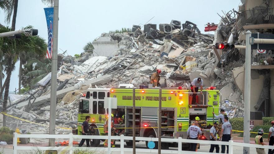 Continúa la búsqueda de supervivientes tras el derrumbe parcial de un edificio en Miami