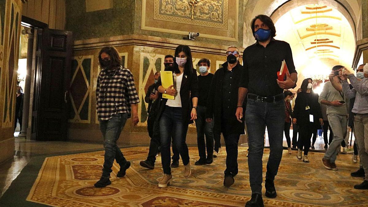 Els negociadors d'ERC, Junts i la CUP caminant pels passadissos del Parlament, ahir   ACN