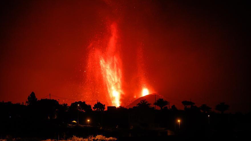 El volcà de La Palma torna a deixar anar cendres i fum després d'una breu aturada