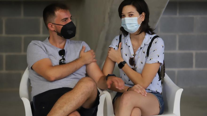 Jóvenes de entre 20 y 30 años se vacunan en Murcia