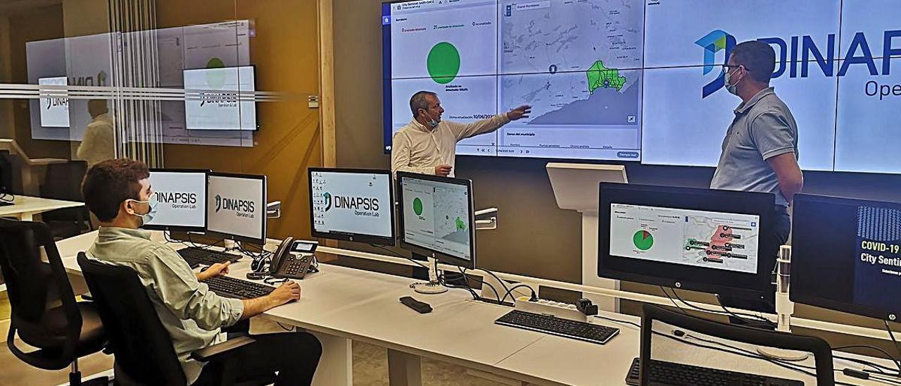 Técnicos de Hidraqua observan un panel desde donde se examina la evolución de las aguas residuales en el centro Dinápsis de Benidorm.