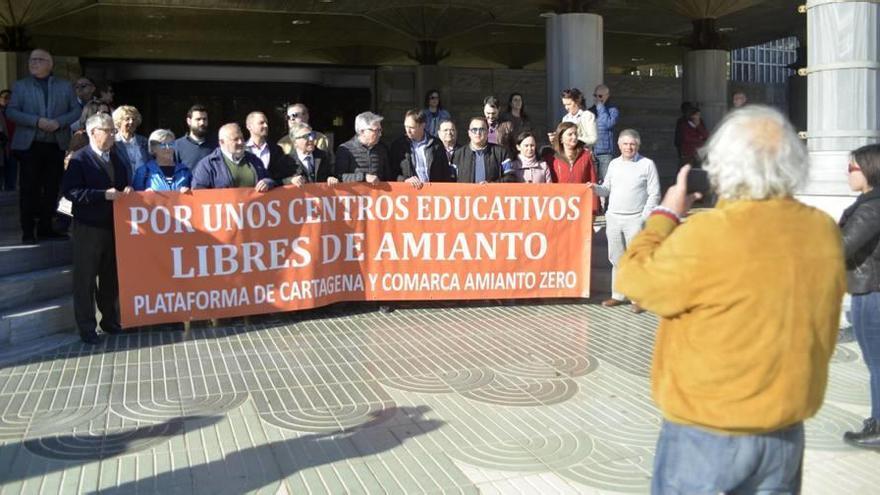 Última protesta de la plataforma Amianto Zero en la puerta de la Asamblea Regional para exigir la retirada de este material.