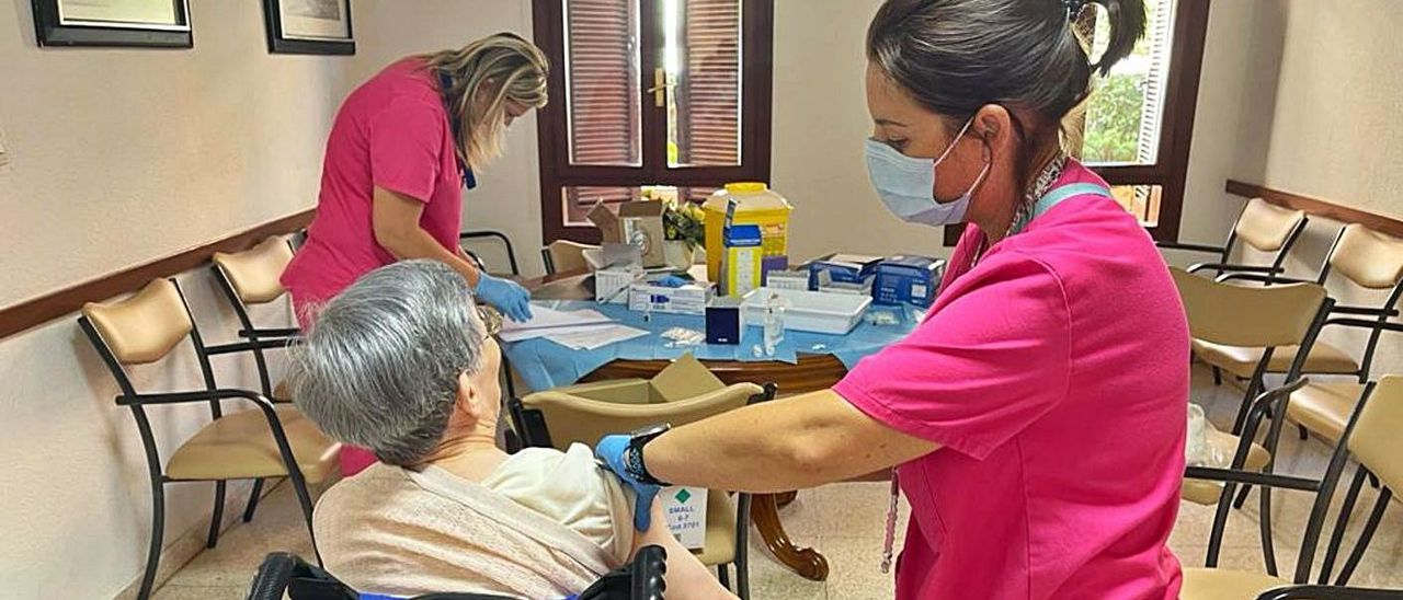 Sanidad está vacunando con la tercera dosis a los ancianos de las residencias geriátricas. |