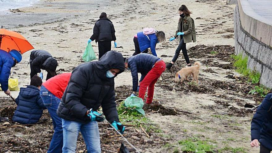 Más de 30 voluntarios retiran casi 300 kilos de plásticos de la playa de O Arnado, en Meira