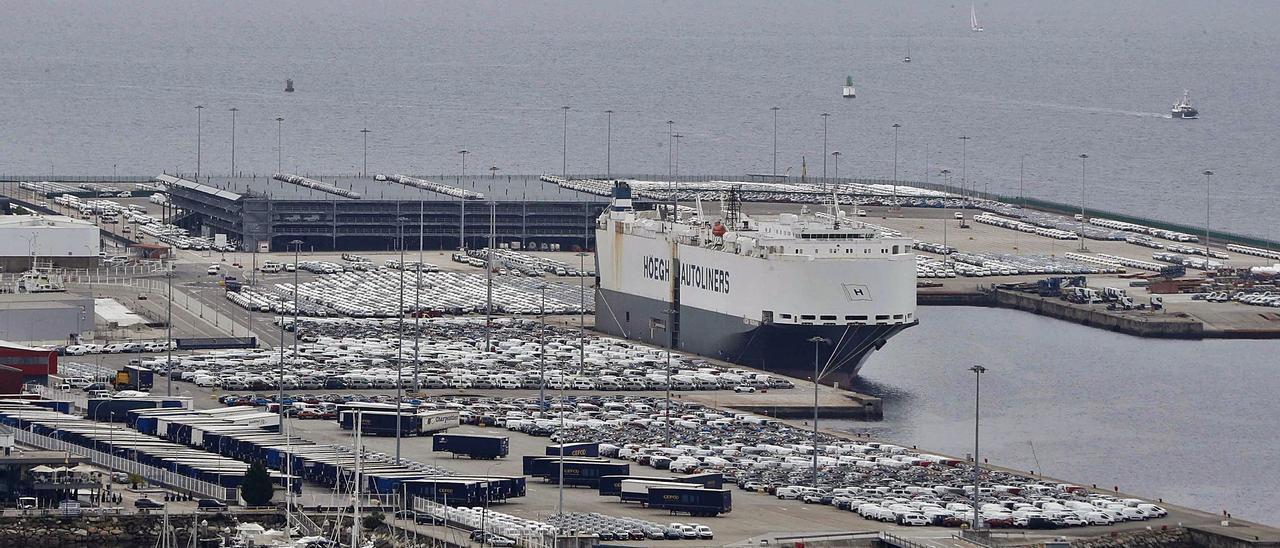 "Terminal portuaria de Bouzas,  con el Ro-Ro ""Höegh  Yokohama"" antes de partir  rumbo a Tánger.   | // PABLO HERNÁNDEZ GAMARRA"