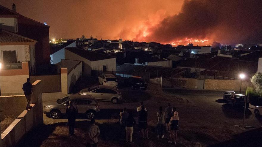 Más de medio millar de bomberos y militares de la UME luchan contra el fuego en Huelva