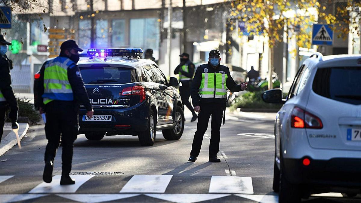 Control de la Policía Nacional, Autonómica y Local en la Avenida de Colón. |   // GUSTAVO SANTOS