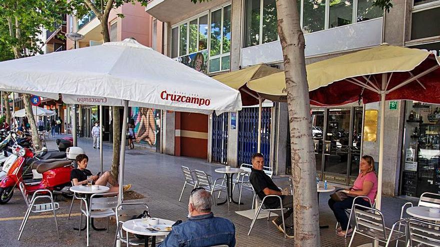 Cort rechaza que se puedan instalar mesas altas en terrazas