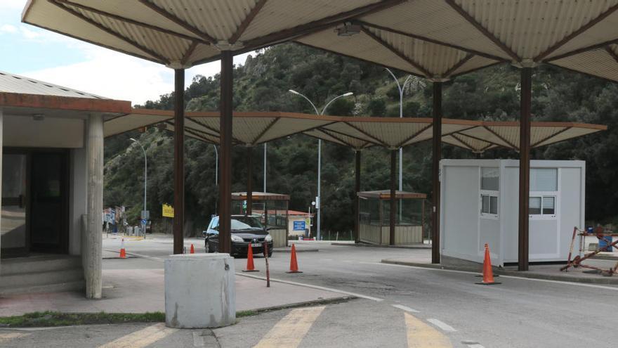 Aturen un bus a La Jonquera i detenen 31 persones que volien entrar a França amb proves PCR falses