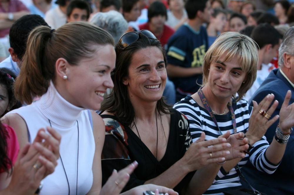 Laura Chorro, Bellea del Foc 2005 (primera por la izquierda) fue la primera representante de la fiesta que luego fue concejala con el PP en el Ayuntamiento de Alicante.