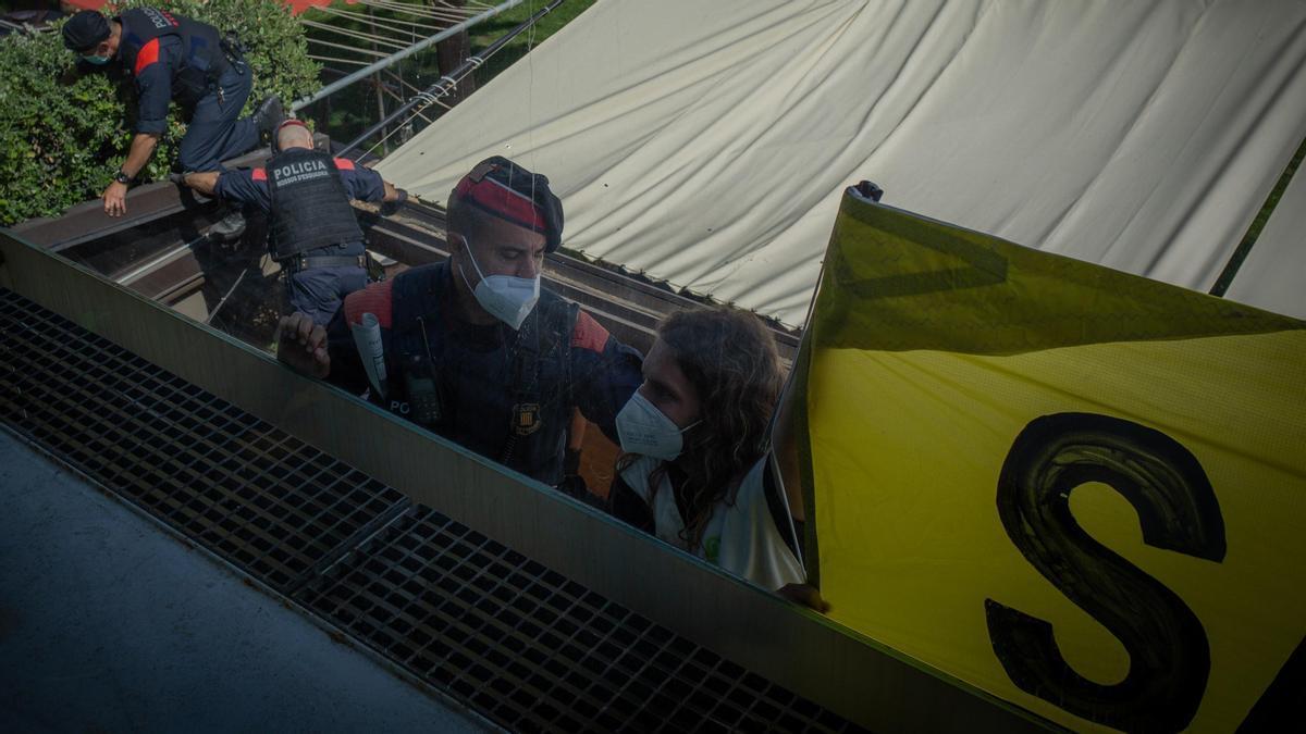 Activistas de Greenpeace irrumpen en la Reunió del Círculo de Economía.