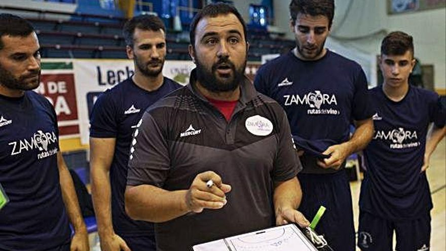 Leo Álvarez da instrucciones a sus jugadores durante un tiempo muerto.