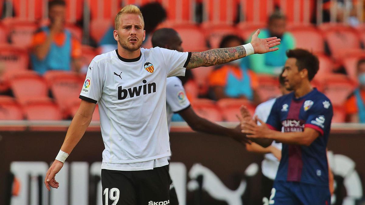 Racic, el mejor en  el Valencia, protesta un lance.  f.calabuig