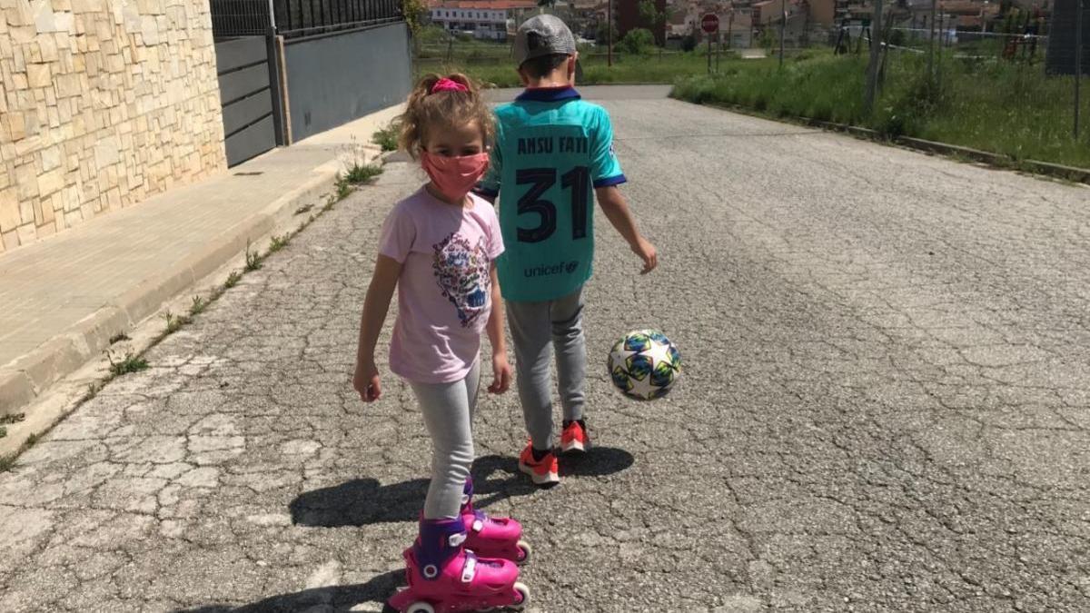 El Pol i la Jana van sortir ahir al carrer, a Navàs, a patinar i fer tocs de pilota |
