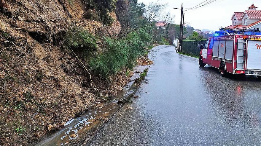 El temporal tira árboles y cables en Beluso y causa desprendimientos en Donón y Augalevada