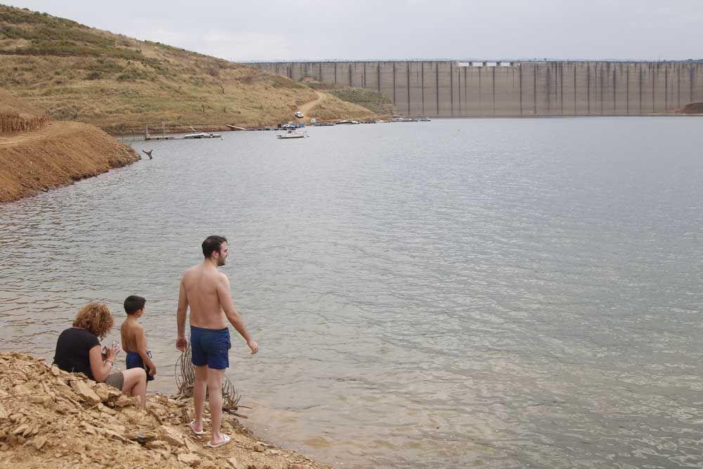 El pantano de La Breña se prepara para la temporada estival