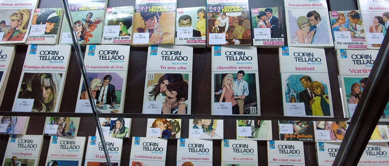 Exposición de libros de Corín Tellado.