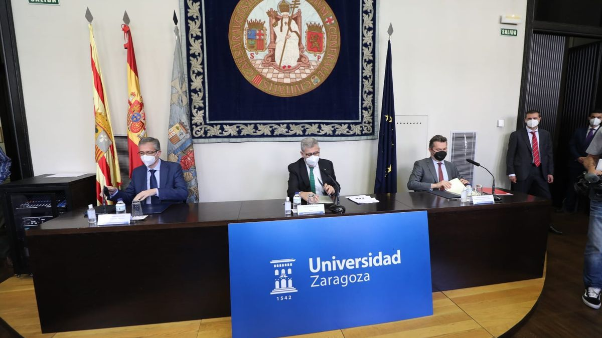 Rúbrica del acuerdo entre la Universidad de Zaragoza, el Banco de España y la CNMV