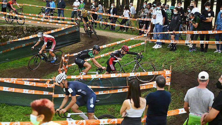 El ciclocross reina en la Illa das Esculturas
