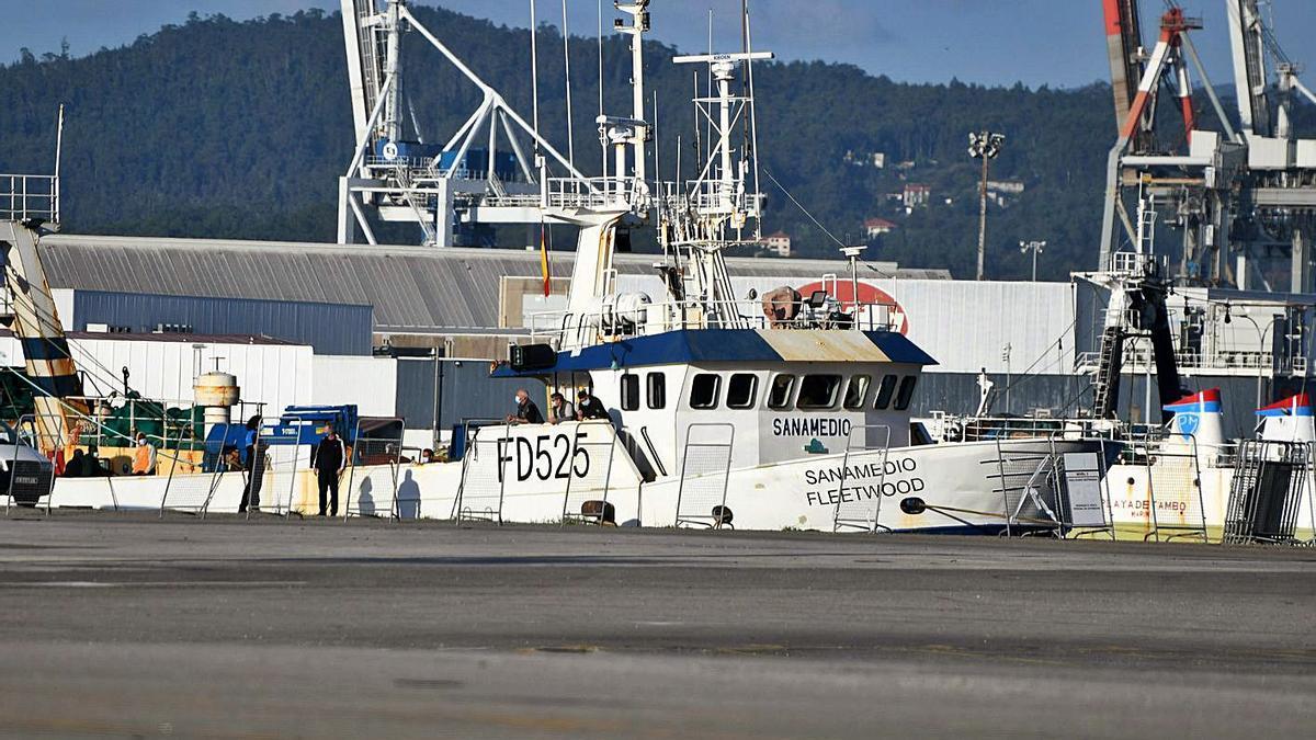 """El barco """"Sanamedio"""" que está aislado en el Puerto de Marín.     // GUSTAVO SANTOS"""