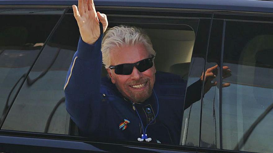 Branson s'avança a Jeff Bezos i fa el seu primer viatge a l'espai