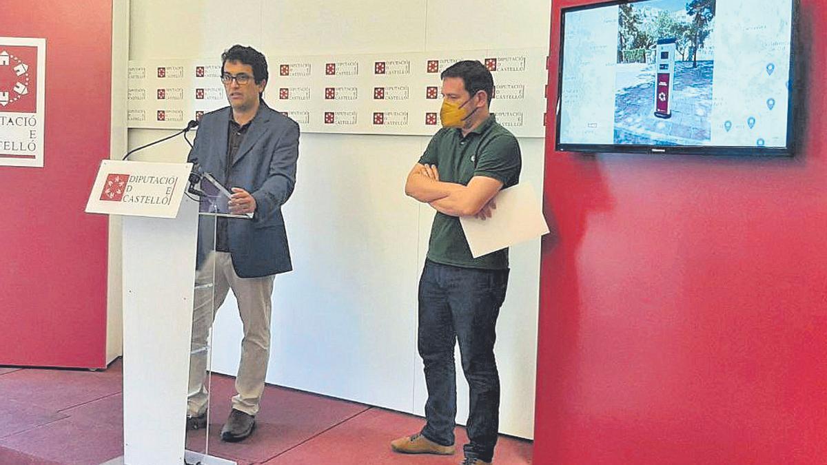 Ignasi Garcia junto a David Olmos, de Pavapark, empresa encargada de instalar puntos de recarga para coches eléctricos.