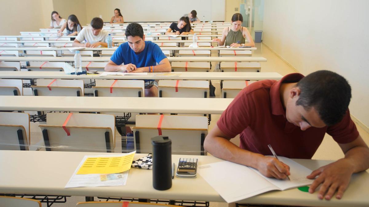 Estudiants gironins realitzant les Proves d'Accés a la Universitat